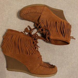 Minnetonka moccasins fringed booties size 8